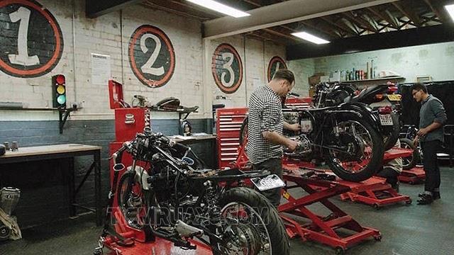 sang tiệm sửa xe máy